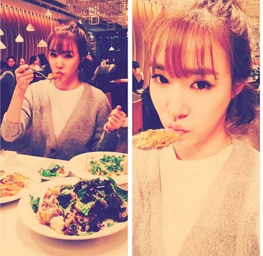 Tiffany hạnh phúc khoe hình ăn tối cùng gia đình. Cô nàng chăm chú tạo dáng cực đáng yêu.