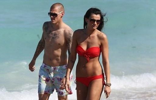 Bà xã của trung vệ Liverpool, Skrtel khoe dáng trên bãi biển trong một chuyến đi du lịch cùng chồng.