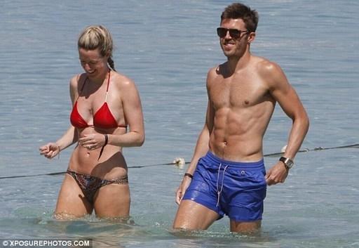 Vợ chồng Carrick vui đùa trong một chuyến đi nghỉ ở biển.