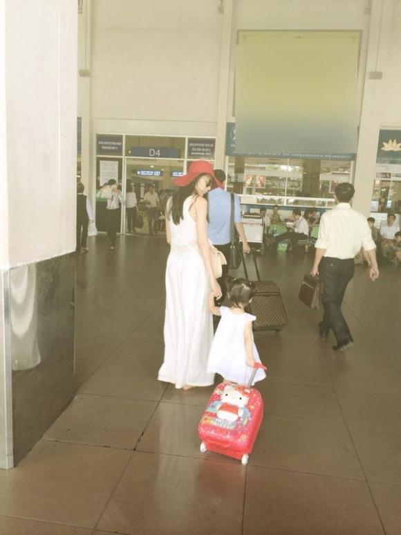Nữ ca sĩ hạ sinh con gái vào 2/1/2013 trong sự vui mừng của Công Vinh và chúc phúc từ người hâm mộ. Cặp đôi âu yếm đặt tên ở nhà cho con là Bánh Gạo. Bé Bánh Gạo gần như hoàn toàn không xuất hiện trước truyền thông. - Tin sao Viet - Tin tuc sao Viet - Scandal sao Viet - Tin tuc cua Sao - Tin cua Sao