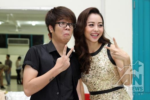 Nữ MC xinh đẹp nhí nhảnh chụp hình cùng Bùi Anh Tuấn - Tin sao Viet - Tin tuc sao Viet - Scandal sao Viet - Tin tuc cua Sao - Tin cua Sao