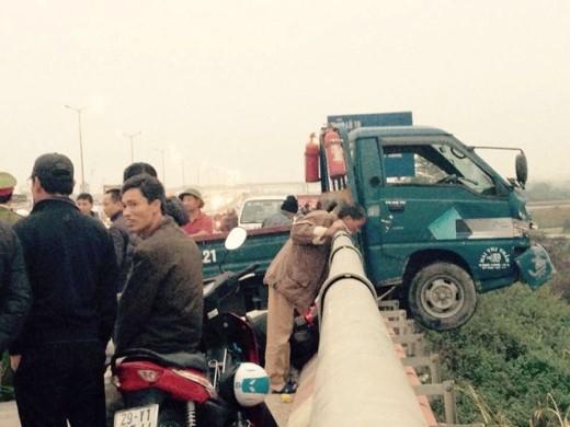 Cabin xe tải lơ lửng trên thành cầu. Ảnh: Nam Khánh.