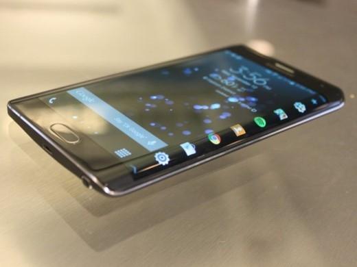 Người dùng có hàng loạt các lựa chọn khác nhau về phần cứng nếu chọn Android, từ một sản phẩm 6 inch cho đến smartphone màn hình cong.