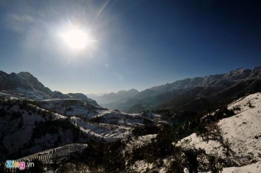 Tiết trời hửng nắng, nhưng tuyết rơi liên tục những ngày qua, tạo ra lớp tuyết dày nên tốc độ tan rất chậm.