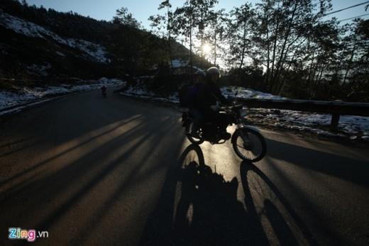 """Đường đến Sa Pa không hề đơn giản. Thị trấn Tây Bắc này cách thành phố Lào Cai 38 km và cách thủ đô Hà Nội tới 376 km. Nhiều cùng đường dốc và cua liên tục. Nhưng suốt những ngày qua, thời tiết giá lạnh khắc nghiệt không cản được bước tiến của nhiều đoàn """"phượt thủ"""" hướng về những đỉnh núi tuyết."""