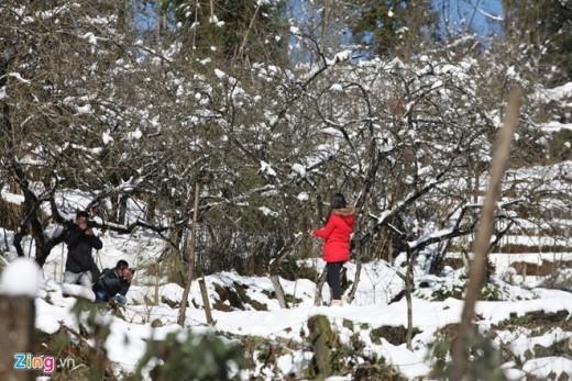 Ngay cả khi được dự báo tuyết đã ngừng rơi, nhiều người vẫn tiếp tục hành trình lên Sa Pa để lần đầu trong đời chứng kiến hiện tượng thiên nhiên hiếm có ở Việt Nam này.