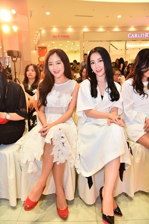 Văn Mai Hương với đầm trắng trẻ trung thông qua những họa tiết trên áo cầu kỳ thiLinh Nga lạichọn đầm trắng đơn giản nhưng vẫn sang trọng.