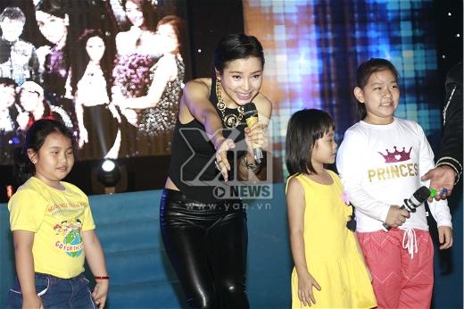 Ở bài hát thứ 3, Phương Trinh Jolie bất ngờ mời các bé thiếu nhi lên hát cùng với mình.