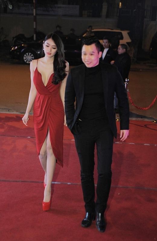 Người đẹp Linh Chi được ông bầu Vũ Khắc Tiệp đưa đến buổi tiệc.