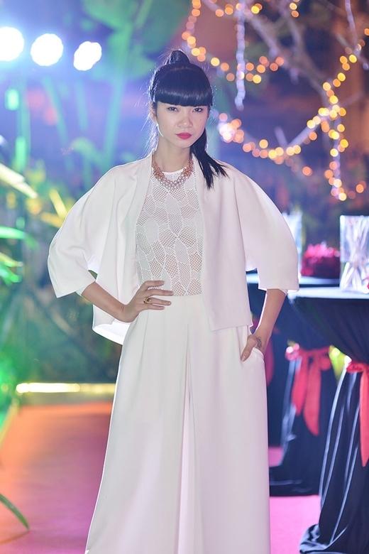 Người mẫu Hạ Vy diện nguyên cây trắng nổi bật với phần áo được thiết kế ren lưới khá tinh tế.