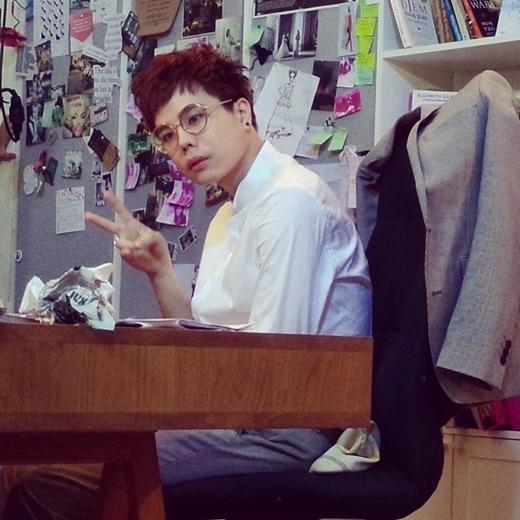 Trịnh Thăng Bình đã hoàn thành xong MV mới của mình các fan cũng đang mong ngóng được xem MV mới nhất của anh chàng này. Mới đây giọng ca Người thứ 3 đăng bức hình mới nhất của mình cùng dòng chia sẻ: 'Look at my eyes'.