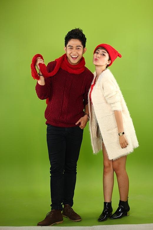Cả hai diện đã chỉn chu, diện trang phục đậm chất Giáng Sinh, mang không khí mùa lễ hội vào dẫn dắt chương trình.