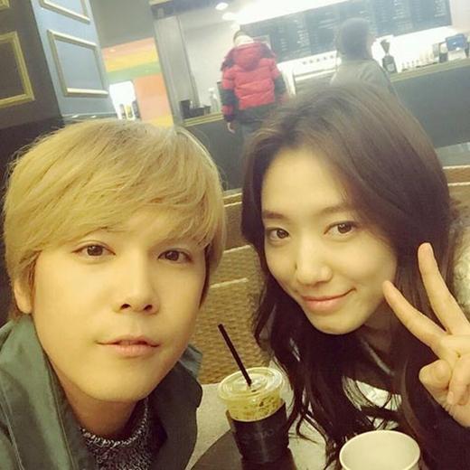 Lee Hong Ki hào hứng khi gặp cô bạn thân thiết của mình, anh viết: 'Cuối cùng cũng gặp được Park Shin Hye rồi'.