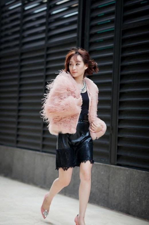 Cũng như những loại áo khác, áo lông xù rất dễ kết hợp cùng quần legging hoặc chân váy. Nhìn bạn sẽ thật mềm mại, duyên dáng với một chiếc áo lông xù sáng màu, đi cùng skinny cùng tông.