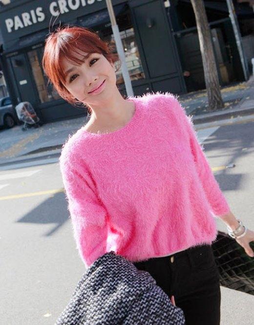 Áo lông xù dễ kết hợp với các đồ khác, từ jeans cho tới chân váy.