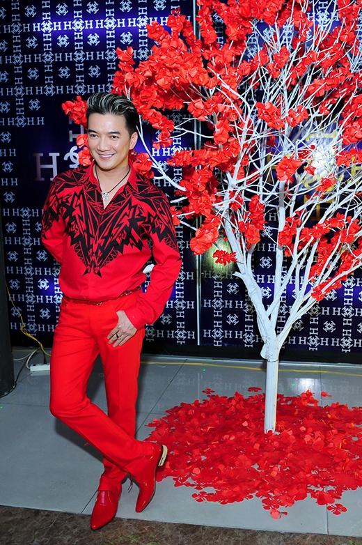 Đàm Vĩnh Hưng xuất hiện nổi bật với bộ trang phục màu đỏ phù hợp với không khí Giáng sinh. - Tin sao Viet - Tin tuc sao Viet - Scandal sao Viet - Tin tuc cua Sao - Tin cua Sao
