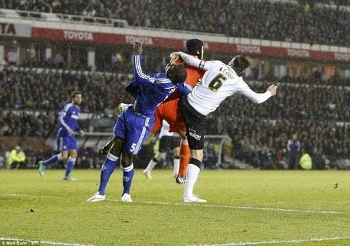 Pha va chạm quá mạnh khiến tài năng trẻ người Pháp bị choáng và đổ gục xuống mặt sân.