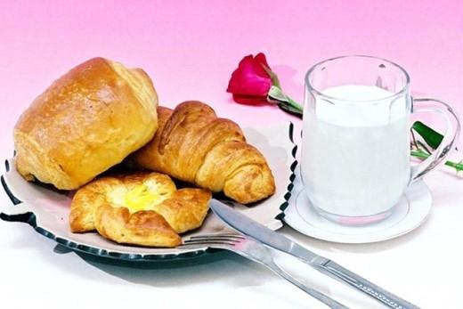 Bỏ qua bữa sáng: Các nhà khoa học cảnh báo, bỏ qua bữa sáng thường xuyên dễ gây sỏi mật, ung thư túi mật. Nguyên nhân bởi sau 8 giờ nghỉ ngơi, dịch mật trong cơ thể khá dồi dào. Việc nạp năng lượng kịp thời góp phần ngăn cản quá trình tạo sỏi. Ngược lại, không ăn sáng dễ gây nên tình trạng tạo sỏi, hình thành ung thư túi mật.