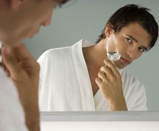 4. 'Nhiều người đàn ông thường cạo râu rất vội vàng trong phòng tắm mà không chăm sóc mặt đúng cách trước khi cạo dẫn đến lông mọc vào trong, vết cắt trên da và dao cạo sớm bị cùn', Steve Salecich, chủ sở hữu của Grand Royal tại Mỹ cho biết.