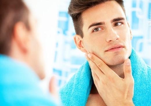 5. Cạo râu khô: Nhiều người có thói quen cạo râu khô vì nó tiện lợi. Tuy nhiên, thói quen xấu này có thể gây trầy xước, kích ứng da, phát ban hay nổi mụn nhẹ quanh vùng cạo.