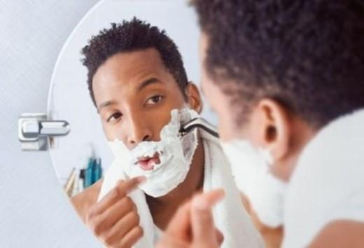 11. Không chăm sóc da sau khi cạo râu: Lỗ chân lông của bạn nở sau khi cạo râu có thể dẫn đến khô da, tấy đỏ và những đốm nhỏ trên da.
