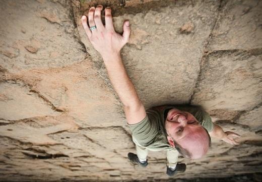 Treo mình trên vách đá dựng đứng