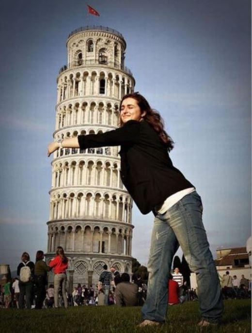 Cô gái khổng lồ ôm trọn tháp nghiên Pisa