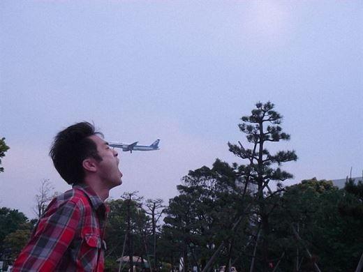 Oái!!... Chiếc máy bay tí hon này ở đâu ra vậy?