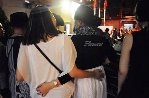 Hình ảnh người phụ nữ được cho là Vy Oanh bị bắt gặp đang đi xem phim với bạn. - Tin sao Viet - Tin tuc sao Viet - Scandal sao Viet - Tin tuc cua Sao - Tin cua Sao