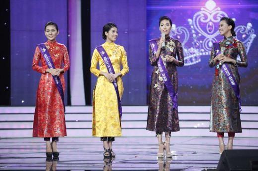 Thí sinh Lan Khuê đã 'cứu' thí sinh Kim Duyên (ngoài cùng bên phải) không thể diễn đạt trong phần giới thiệu.