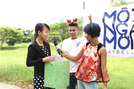 Cô nàng khán giả may mắn vui sướng khi nhận được món quà từ 'bà già Noel' Thùy Minh.