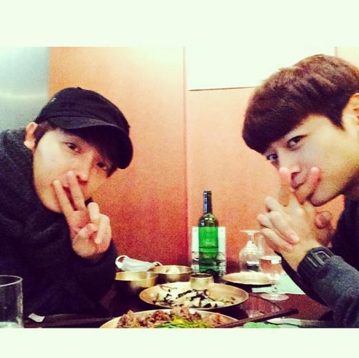 Donghae thích thú với buổi hẹn hò cùng Minho (SHINee), anh viết: 'Lâu rồi không gặp Minho'