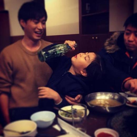 Tablo thích thú khoe hình con gái Haru đang thưởng thức nước ngọt