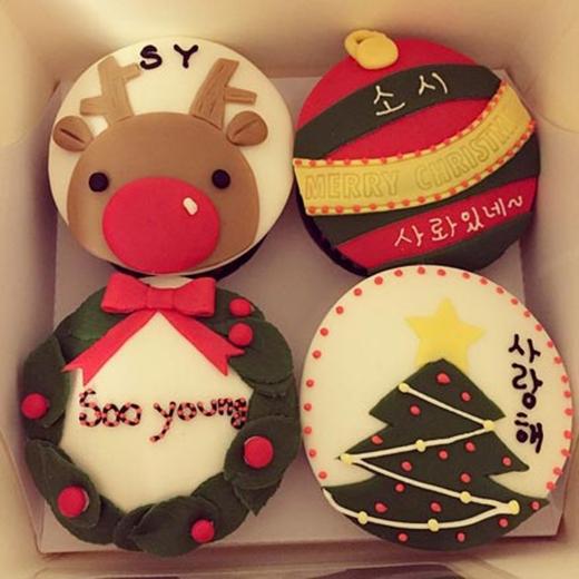 Sooyoung khoe bánh cupcake mà cô vừa nhận được với lời nhắn: 'Mừng giáng sinh sớm! Cupcakes mà tôi nhận được hôm nay. Cám ơn trái tim đáng yêu của bạn Sone, người đã bỏ nhiều công sức để thiết kế chiếc bánh này. Tôi có thể ăn chúng như thế nào đây? Tôi đã ăn sau khi chụp ảnh đó'.