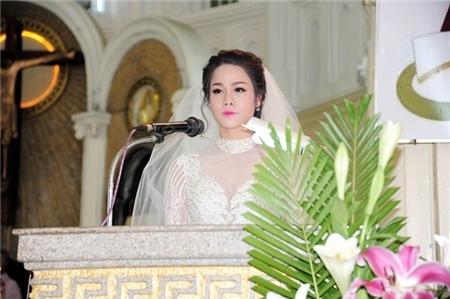 Nhật Kim Anh lên đọc sách thánh. - Tin sao Viet - Tin tuc sao Viet - Scandal sao Viet - Tin tuc cua Sao - Tin cua Sao