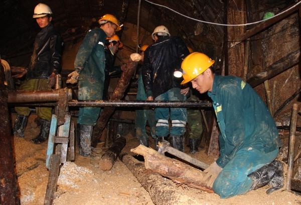 Công nhân cứu hộ mỏ than Quảng Ninh đào ngách hầm xuyên đêm. Ảnh: Phước Tuấn.