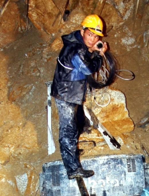 Sau mỗi bữa, ống sẽ được thu dọn lại để nhường diện tích cho công tác đào hầm liên tục.