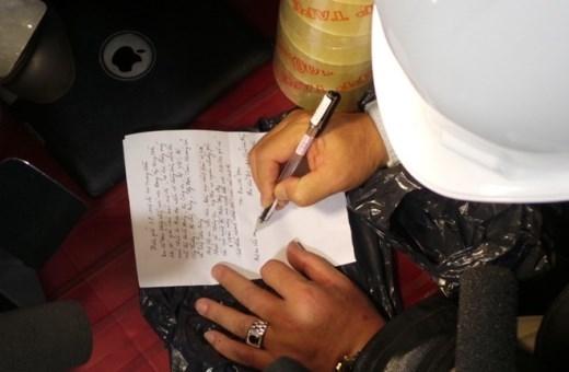 Ông Yên viết thư gửi các công nhân đang bị mắc kẹt.