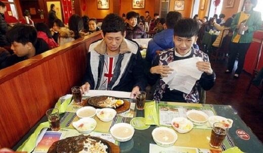 Các bạn học sinh tỏ ra rất hào hứng trước buổi ăn