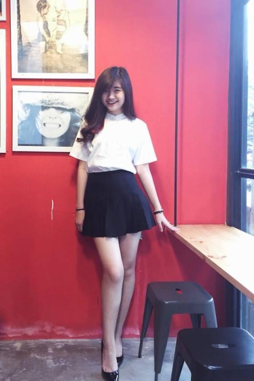 Cô bạn Uyển Nhi nữ tính với trang phục trắng đen tối giản. Giày cao gót giúp đôi chân dài của cô nàng càng trở nên 'miên man' hơn