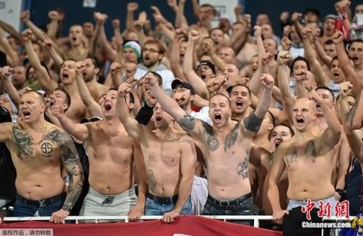 Ngày 22/10, fan Legia Warsaw cởi áo của mình, cổ vũ cho đội nhà trong trận làm khách trước Metalist Kharkiv ở vòng bảng Europa League.