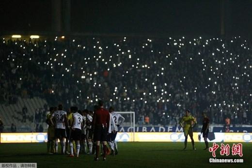 Trong trận đấu giữa Besiktas và Tottenham Hotspur vào ngày 12/12, sau sự cố mất điện trên sân Ataturk Olympic, người hâm mộ dùng điện thoại tạo nên màn chiếu sáng trên khán đài.