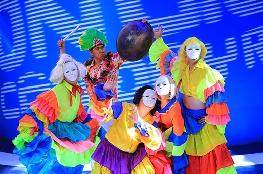 Các trưởng phòng Trấn Thành, Chí Tài, Trường Giang, Việt Hương sẽ mang tới một không khí đầy vui tươi của lễ hội đường phố với điệu nhảy samba sôi động. - Tin sao Viet - Tin tuc sao Viet - Scandal sao Viet - Tin tuc cua Sao - Tin cua Sao