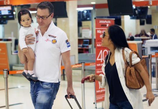 Ông xã Đoan Trang vừa ẵm con, vừa kéo hành lý giúp vợ. Bé Sol chưa đầy 9 tháng tuổi nhưng đã được ba mẹ thường xuyên cho đi chơi ở nhiều nơi bằng máy bay. Cô bé rất ngoan, ngồi yên trong vòng tay của ba. - Tin sao Viet - Tin tuc sao Viet - Scandal sao Viet - Tin tuc cua Sao - Tin cua Sao