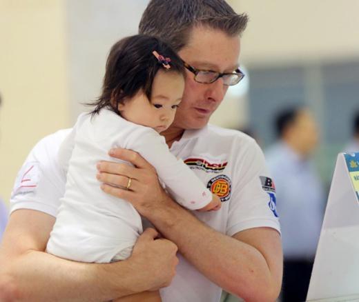 Dù ăn mặc giản dị nhưng cả nhà Đoan Trang vẫn được khá nhiều người nhận ra. Bé Sol – con gái của Đoan Trang – được bố bế suốt buổi. - Tin sao Viet - Tin tuc sao Viet - Scandal sao Viet - Tin tuc cua Sao - Tin cua Sao