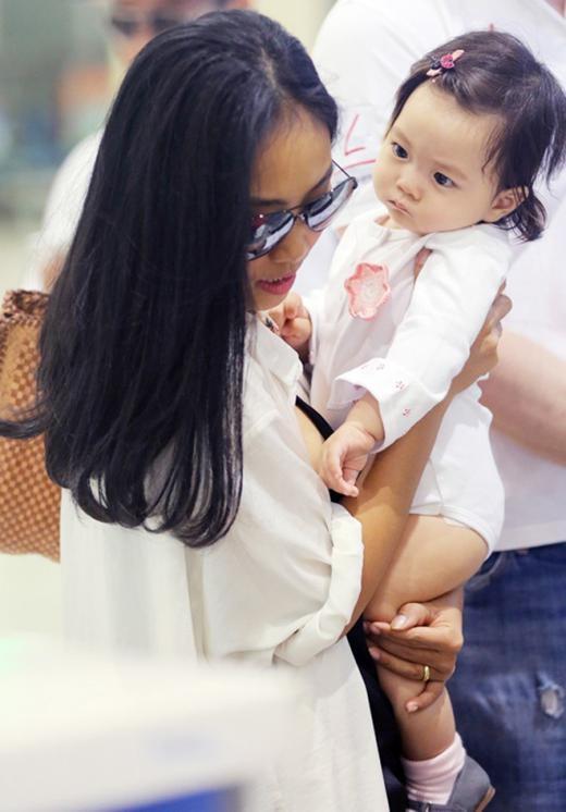 Tháng 4/2014 ở tuổi 36, Đoan Trang đã hạ sinh con gái nhỏ xinh xắn có tên ở nhà là bé Sol. Ngay sau khi sinh vài tháng, Đoan Trang trở lại với hoạt động nghệ thuật, với nhiều vai trò khác nhau như giám khảo cuộc thi Bước nhảy hoàn vũ nhí và tham gia một số chương trình ca nhạc. - Tin sao Viet - Tin tuc sao Viet - Scandal sao Viet - Tin tuc cua Sao - Tin cua Sao