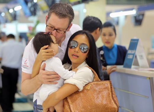 Đoan Trang và Johan khá cưng chiều bé Sol. Cả hai liên tục hôn lên má của bé Sol. - Tin sao Viet - Tin tuc sao Viet - Scandal sao Viet - Tin tuc cua Sao - Tin cua Sao