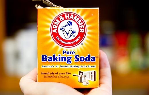 1. Những lợi ích của baking soda là khộng thể chối từ. Đây là thứ có thể dùng để tẩy vết ố trên quần áo và các vật dụng khác cực kì hiệu quả. Nếu tường nhà bạn có vết chì màu sáp, chỉ cần dùng một chiếc khăn ẩm và một ít baking soda, lau chùi nhẹ nhàng là bạn sẽ lại có một bức tường sạch sẽ.