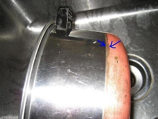 2. Để loại bỏ những vết xỉn màu trên đồ đồng, hãy dùng nước sốt cà chua. Chỉ cần đổ một ít sốt lên miếng vải và đánh bóng chỗ bị xỉn màu, để yên trong 30 phút và rửa sạch. Món đồ của bạn sẽ sáng bóng như mới.