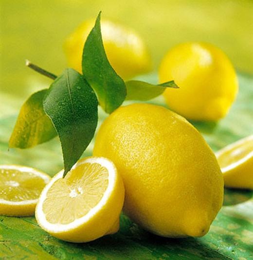 8. Chanh là một loại trái cây thực sự hữu dụng. Bạn có thể hòa nước ấm, nước rửa chén và chanh để rửa sạch chén dĩa. Nếu bạn không thể chịu được mùi thức ăn trong tủ lạnh, hãy để vào đó một nửa quả chanh, tủ lạnh của bạn sẽ nhanh chóng được khử sạch mùi. Đừng quên thay quả chanh khác vào mỗi tuần nhé.